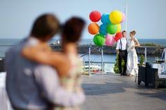愉快的新娘和新郎与气球 库存图片