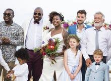 愉快的新娘和新郎在一个婚礼在一个热带海岛 免版税库存图片