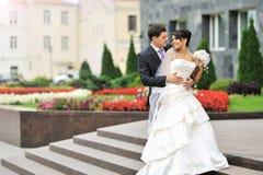 愉快的新娘和新郎在一个老镇 免版税库存照片