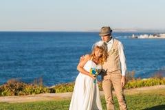 愉快的新娘和新郎在他们的婚礼 免版税库存照片