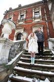 愉快的新娘和新郎在古老城堡背景  免版税库存图片