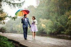 愉快的新娘和新郎在婚礼走与颜色 图库摄影