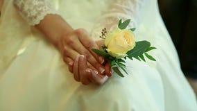 愉快的新娘和新郎在他们婚礼拥抱 影视素材