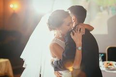 愉快的新娘和新郎在他们的婚礼 免版税图库摄影