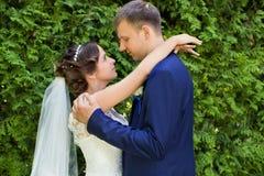 愉快的新娘和新郎在他们的婚礼 库存照片