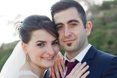 愉快的新娘和新郎夫妇 免版税库存照片