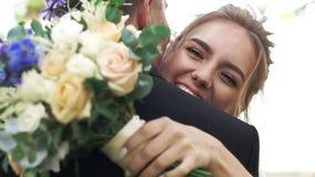 愉快的新娘和新郎容忍和高兴 股票录像