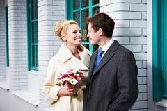 愉快的新娘和新郎 免版税库存照片