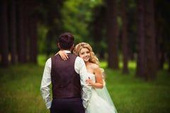 愉快的新娘和新郎 免版税库存图片