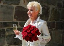 愉快的新娘在老城堡前面的婚礼以后欢迎她的婚礼客人到婚礼庆祝 免版税图库摄影