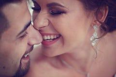 愉快的新娘夫妇 库存照片