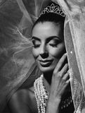 愉快的新娘黑白画象  免版税库存照片