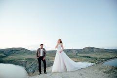 愉快的新婚佳偶夫妇 美丽的新娘和新郎在衣服 免版税库存照片