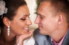 愉快的新婚佳偶夫妇 库存图片