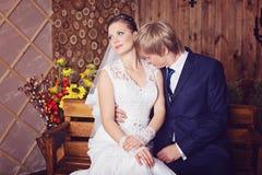 愉快的新婚佳偶照片  免版税库存图片