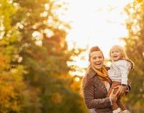 愉快的新母亲和婴孩纵向户外 免版税库存照片