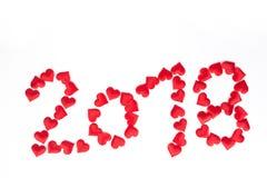 愉快的新的2018年,与红色心脏的数字在白色backgrou上 库存照片