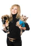 愉快的新金发碧眼的女人纵向有二条狗的 免版税图库摄影