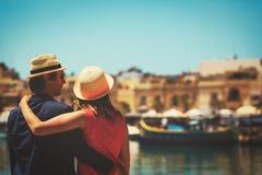 愉快的旅游夫妇在马耳他,欧洲移动 免版税库存图片