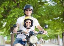 愉快的旅行在摩托车的父亲和女儿 免版税库存照片
