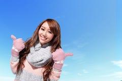 愉快的旅行妇女在冬天 免版税库存照片