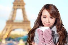 愉快的旅行妇女在巴黎 免版税库存图片