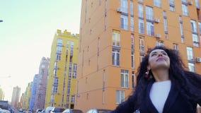 愉快的无忧无虑的妇女转过来她自己在慢动作的街道 股票录像