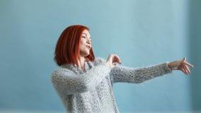 愉快的无忧无虑的红发妇女跳舞 股票视频