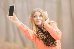 愉快的时尚妇女在拍selfie照片的公园 库存图片
