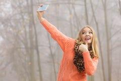 愉快的时尚妇女在拍selfie照片的公园 免版税库存图片