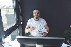 愉快的时髦人坐在桌上 免版税库存图片