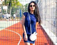 愉快的时髦的行家女孩,一个可爱的少妇的五颜六色的夏天画象有太阳镜的,室外时尚特写镜头画象 库存照片