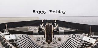 愉快的星期五消息在一台老葡萄酒打字机键入了 库存照片