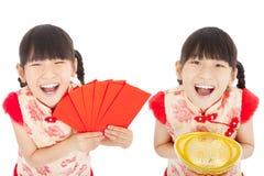 愉快的春节。显示红色信封和金子的孩子 免版税库存图片
