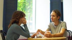 愉快的有吸引力的夫妇开会议在行家咖啡馆 股票视频