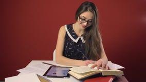 愉快的有吸引力的深色的学生女孩研究地方 股票录像