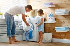 愉快的有家室的人父亲一家之主和孩子洗衣店的与 免版税库存照片