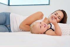 愉快的有母亲和的婴孩享有生活和乐趣时间 库存照片