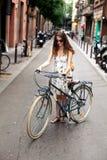 愉快的有自行车的微笑年轻女性旅客和纸在巴塞罗那的市中心映射 旅行在西班牙 免版税库存照片