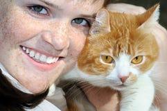 愉快的有雀斑的十几岁的女孩和猫画象  免版税库存图片