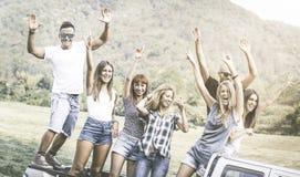 愉快的朋友小组获得乐趣在乡下党乘驾 图库摄影