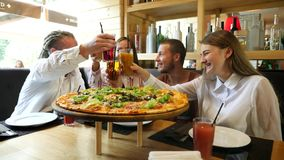 愉快的朋友用汁液在比萨店 股票录像