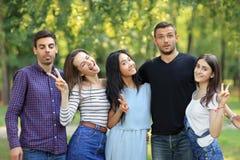 愉快的朋友男人和妇女有表情和姿态的 免版税库存照片