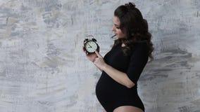 愉快的未来母亲价值时期 妇女黑色紧身衣裤等待婴孩 微笑 股票视频