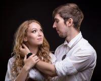 愉快的柔和的年轻爱恋的夫妇 库存图片