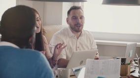 愉快的欧洲商人与同事同时谈话在遇见慢动作的不同种族的现代办公室队 股票视频