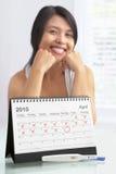 愉快的正妊娠试验妇女 免版税图库摄影