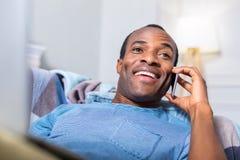 愉快的正面人谈话在电话 免版税库存照片