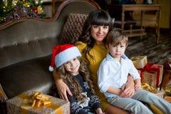 愉快的母亲、小女孩和男孩有礼物盒的 免版税图库摄影