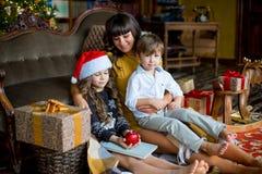 愉快的母亲、小女孩和男孩有礼物盒的 库存照片